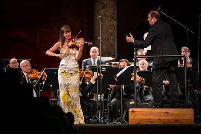 Viktoria Mullova, Ivor Bolton y la Orquesta Ciudad de Granada durante su interpretación del Concierto para violín de Beethoven.