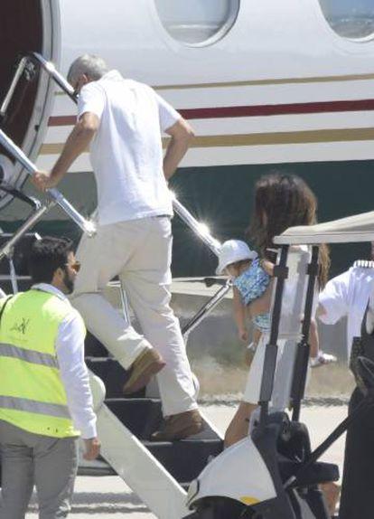 George Clooney embarcando en su avión seguido de Amal y uno de sus mellizos, tras su accidente de moto.
