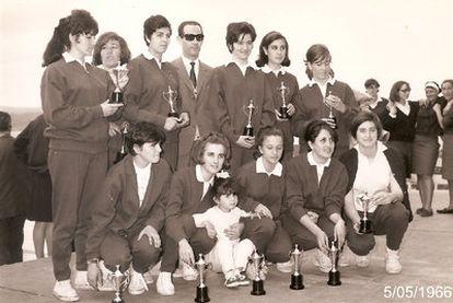 Formación del Medina, tras ganar el título de Liga en 1966, junto a su entrenador, Manuel Fernández Trigo.