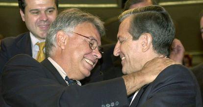 Los expresidentes Felipe González y Adolfo Suárez se saludan en un acto oficial en 2002.