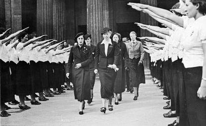 Pilar Primo de Rivera entre jóvenes nazis.