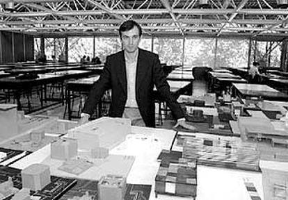 Juan Coll, en el taller de la Escuela de  Arquitectura de la Universidad de Navarra.