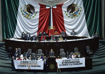 Una protesta de los diputados mexicanos contra la eliminación de los fideicomisos.