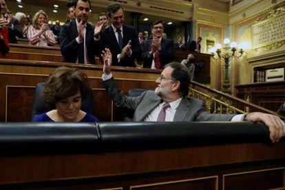 Rajoy saluda a los diputados de su grupo.