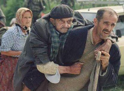 El horror de las guerras en la antigua Yugoslavia, condensado en los gestos de refugiados musulmanes bosnios que huían de la localidad de Potocari en 1995. Mladic (izquierda) y Karadzic, acusados de genocidio y crímenes de guerra, cuchichean cerca del feudo serbobosnio de Pale, en agosto de 1993.