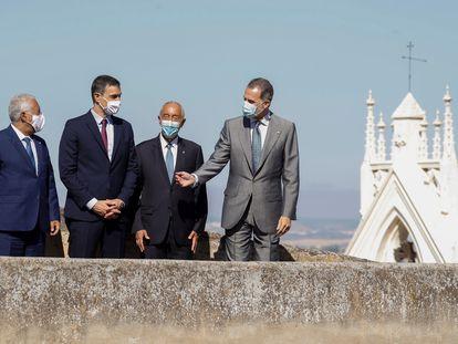 El rey Felipe VI (a la derecha), junto al presidente portugués Marcelo Rebelo de Sousa; el presidente del Gobierno, Pedro Sánchez; y el primer ministro luso Antonio Costa, durante el acto oficial de la reapertura de fronteras entre España y Portugal, este miércoles en Badajoz.