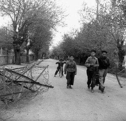 El sociólogo francés Pierre Bourdieu aterrizó con tan solo 25 años en una Argelia empobrecida y destrozada por la guerra. El Círculo de Bellas Artes de Madrid expone hasta el 15 de enero 150 fotografías que el artista tomó del país entre 1958 y 1961.