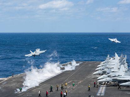Dos aeronaves despegan desde el portaaviones estadounidense USS Harry S. Truman, el pasado abril en el océano Atlántico.