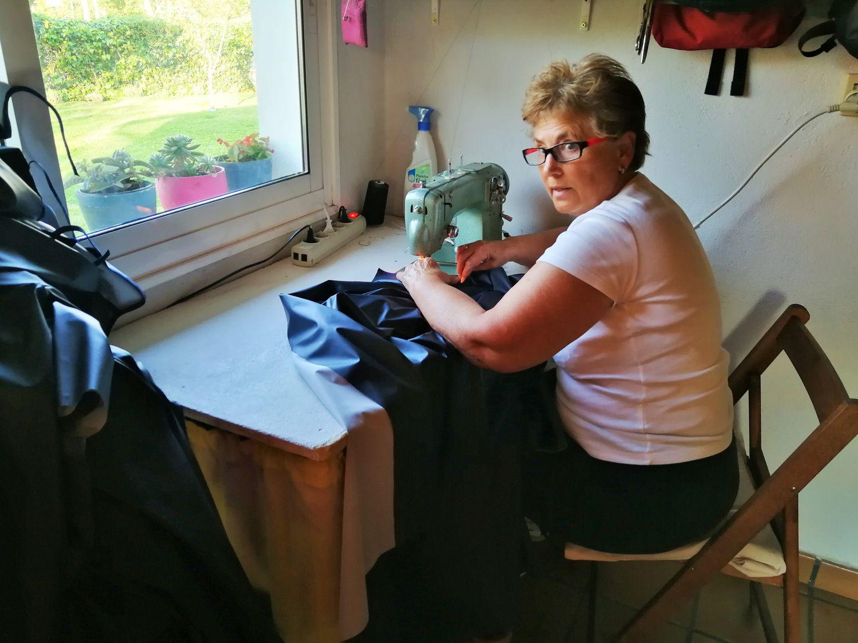 Marina Alfaro, en su casa de Mondariz, cose batas de protección para sanitarios. / ALBERTE REBOREDA