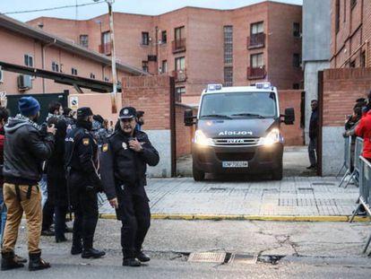 Salida camino a prisión de los futbolistas detenidos.