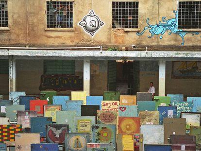 Más de 100 puertas de celdas pintadas en honor las víctimas.