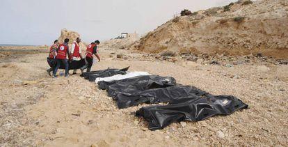 Cadáveres de inmigrantes que murieron ahogados frente a las costas libias este lunes.