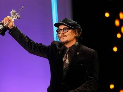 Johnny Depp saluda con el premio Donostia en la mano en la gala de entrega de galardón.