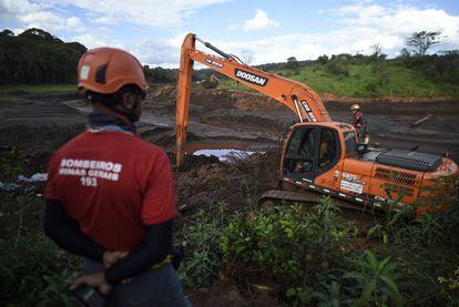 Los bomberos escrutan el lodo en Brumadinho en busca de restos del desastre de enero. Aún hay 37 personas desaparecidas.