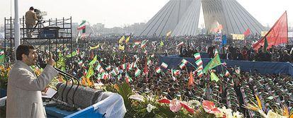El presidente iraní, Mahmud Ahmanideyad, se dirige a los iraníes en el discurso del aniversario de la revolución.