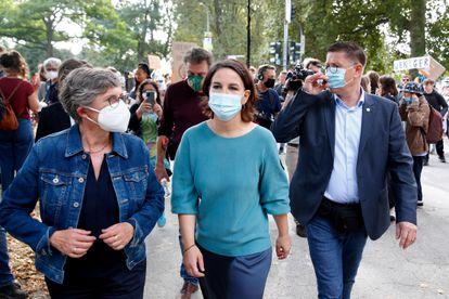 La candidata de Los Verdes a la cancillería alemana, Annalena Baerbock, en el centro, en un acto electoral en Colonia, este 24 de septiembre.