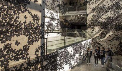 'Black cloud', de Carlos Amorales que recibe a los visitantes del CCCB durante la celebración de la exposición sobre Sebald.