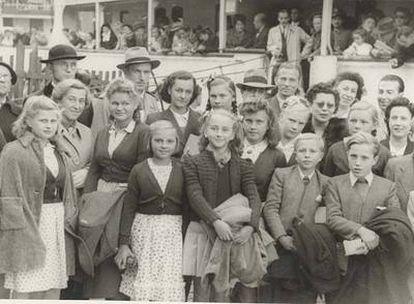 Huérfanos polacos robados por los nazis durante la II Guerra Mundial, algunos de ellos resultado de los siniestros experimentos eugenésicos para crear una superraza aria, y procedentes de un campo de refugiados en Salzburgo (Austria), a su llegada al puerto de Barcelona en el barco <b><i>JJ Sister</b></i> en 1946, en una expedición organizada por la Cruz Roja Internacional.