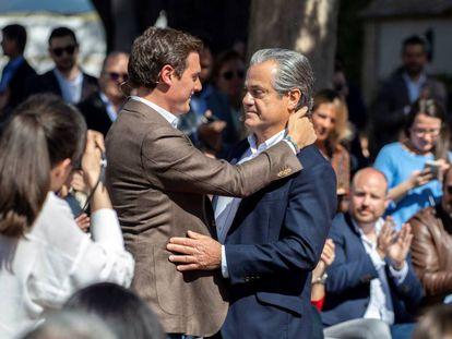 El líder de Ciudadanos, Albert Rivera, se abraza a Marcos de Quinto, su número dos al Congreso por Madrid.