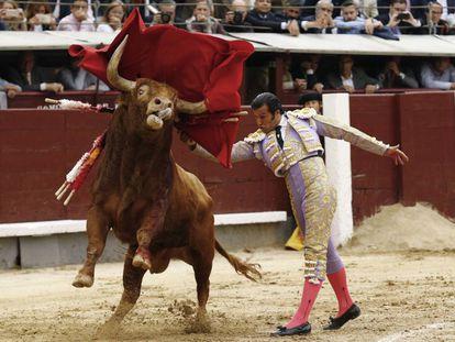 David Mora, en un pase de pecho al primer toro de su lote.