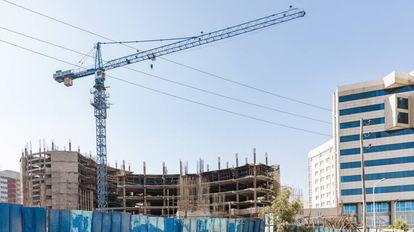 La construcción de nuevos edificios y la expansión de Adís Abeba ha dominado el paisaje de la capital de Etiopía los últimos años, pero su dependencia de China pone hoy en jaque el paisaje urbano.