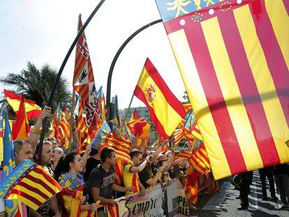 Una parte del público que ha seguido la Procesión ha exhibido banderas valencianistas y españolas.