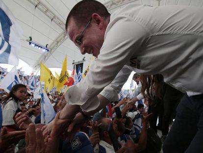 Ricardo Anaya saluda a sus simpatizantes en Guanajuato.