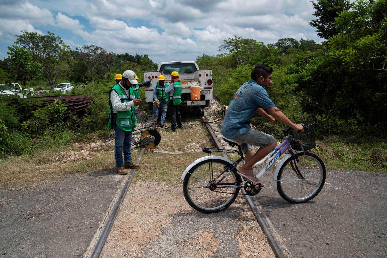 Un hombre cruza en bicicleta un tramo de los trabajos del Tren Maya en la comunidad de Chocholá, Yucatán (México).