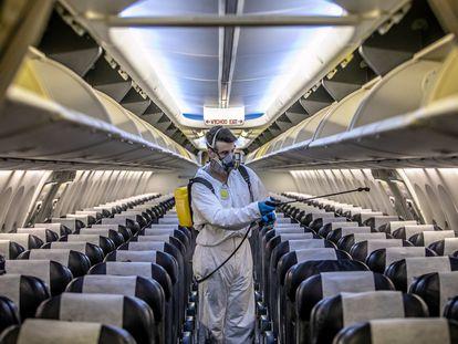 Un operario desinfecta un avión de la compañía Smartwings.
