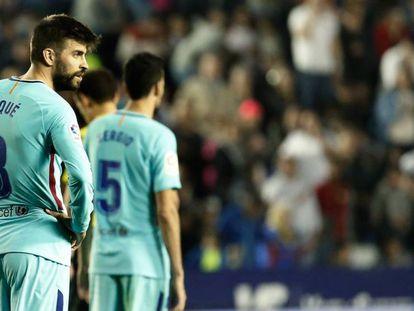 Piqué se lamenta en el Ciutat de Valencia. En vídeo, declaraciones de Ernesto Valverde, entrenador del FC Barcelona.