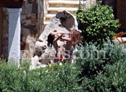 Dos chicas en la finca del jefe del Gobierno italiano en Cerdeña.