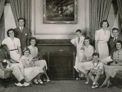 La familia Kennedy en el salón de su casa de Bronxville en Nueva York, en 1938.