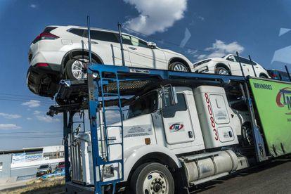 Un trailer transporta vehículos recién ensamblados en la planta de Nissan en Aguascalientes.