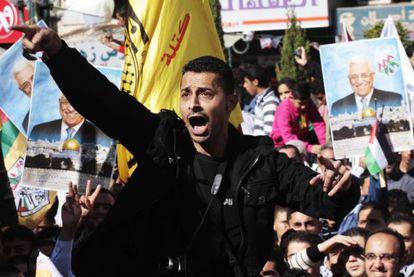 Un hombre palestino participa en una manifestación en Nablus (Cisjordania).
