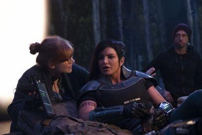 Bryce Dallas Howard dirige a Gina Carano en el set de 'The Mandalorian'.
