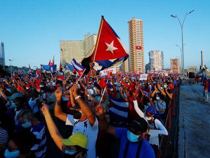 Miles de personas asisten a un acto de apoyo a la revolución cubana, en La Habana.