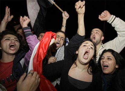 Los palestinos de Gaza celebran la caída en Egipto de Hosni Mubarak.