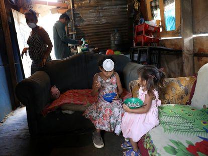 Una familia venezolana en una barriada de Caracas, donde el 81,8 % de los hogares vive en pobreza.