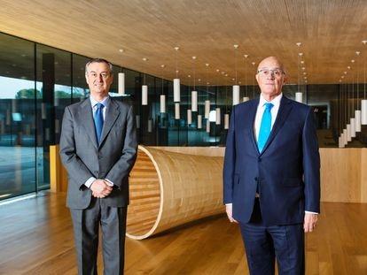 César González-Bueno, izquierda, nuevo consejero delegado, junto con el presidente del Sabadell, Josep Oliu.