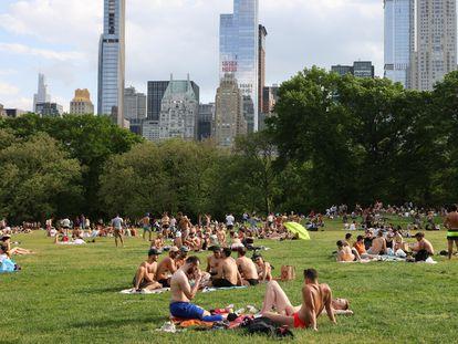 Decenas de personas celebran el relativo regreso a la normalidad en Central Park (Nueva York, EE UU).