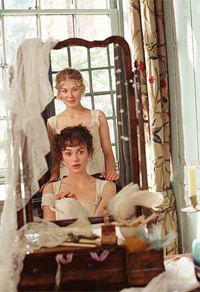 Keira Knightley (delante) y Rosamund Pike, en <i>Orgullo y prejuicio.</i>