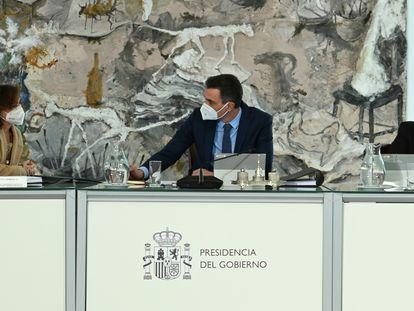 Desde la izquierda, la vicepresidenta Carmen Calvo, el presidente Sánchez y el vicepresidente Pablo Iglesias, durante un Consejo de Ministros celebrado este enero.
