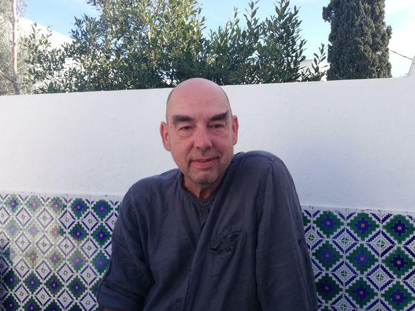 El escritor Santiago Alba Rico en su casa en Túnez. / ROSA DÍAZ