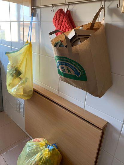 Una ubicación eficaz de las bolsas de envases y de los residuos de papel y cartón.