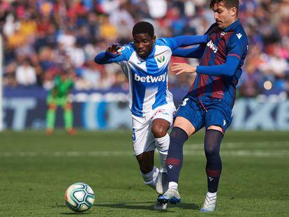 Assale y Campaña pelean por un balón durante un partido entre el Leganés y el Levante.