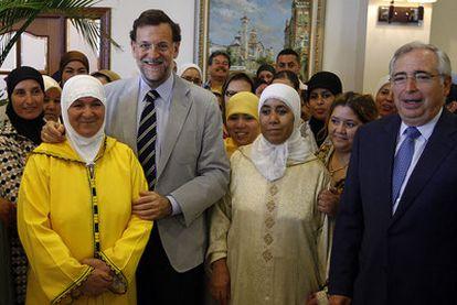Mariano Rajoy, con el presidente de Melilla, José Imbroda, y varias mujeres musulmanas.