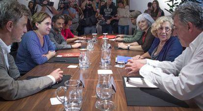 Ada Colau, se reune en Barcelona con ocho alcaldes. A la izquierda,  Pedro Santisteve (Zaragoza), Colau (Bareclona), Xulio Ferreiro ( A Coruña) y José María González (Cádiz). A la izquierda:  Joseba Asiron (Pamplona), Madrid, Manuela Carmena (Madrid), Badalona, Dolors Sabater (Badalona); y Martiño Noriega  (Santiago de Compostela).