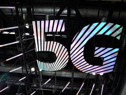 Un cartel con el logo del 5G.