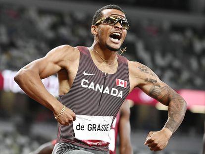 Andre De Grasse, de Canadá, celebra su oro en los 200m lisos en el Estadio Olímpico de Tokio.