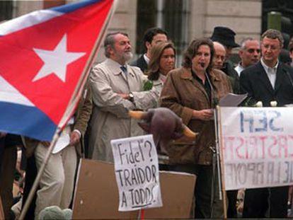 Jaime Mayor Oreja (PP) y Jesús Caldera (PSOE), durante la lectura de un texto de condena de los fusilamientos.
